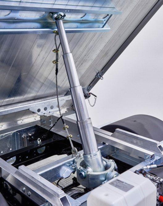 Der Fuso Canter startet mit neuem Schweizer Dreiseitenkipper in den Frühling. (Bild: Mercedes-Benz Schweiz AG)