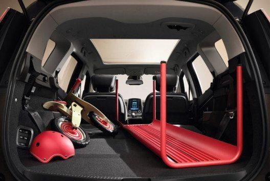 Genügend Platz für Reisegepäck und kleinere Utensilien (Bild: Renault Communications)