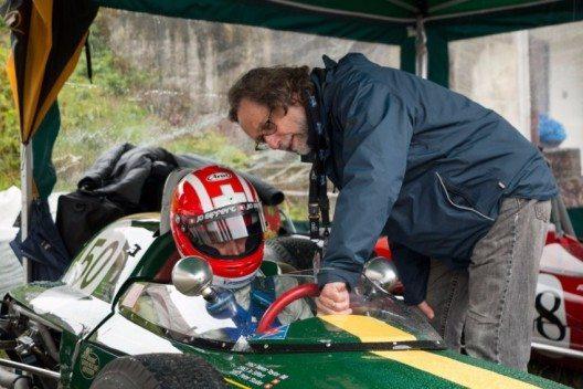 Philippe Siffert (im F1 Lotus24 seines 1971 verunglückten Vaters Jo Siffert) erhält letzte Anweisungen von Peter Studer, dem Besitzer des Autos.