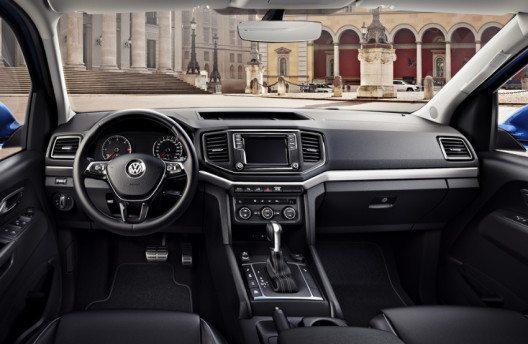 Elegantes Cockpit mit Multifunktions-Lederlenkrad, attraktivem Infotainment und Pedalerie in Edelstahl-Optik. (Bild: Volkswagen Nutzfahrzeuge)