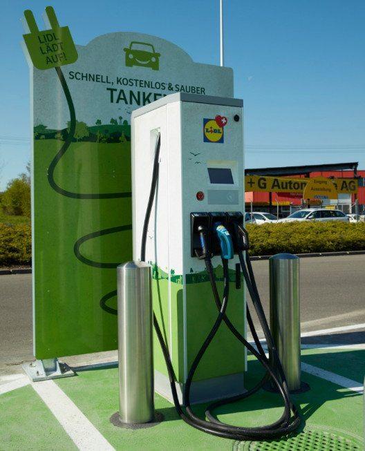 Lidl-Kunden können ihre E-PKWs während der Öffnungszeiten kostenlos mit Strom versorgen. (Bild: Lidl Schweiz)