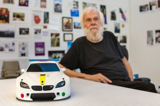 Der zeitgenössische amerikanische Künstler John Baldessari stellt seine Designstudie für das 19. BMW Art Car in seinem Atelier in Kalifornien vor. (Bild: obs/BMW Group)