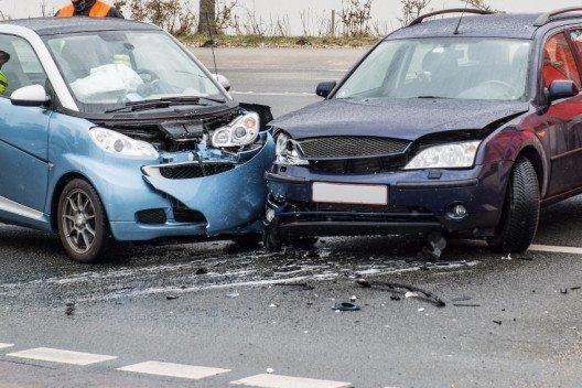 Unfälle sind gerade im Urlaub oft schnell passiert, weil Fahrer sich mit lokalen Verhältnissen nicht auskennen. Wichtig nur: Alles gut mit Fotos und schriftlich Dokumentieren.