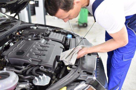 Vieles, was in der Werkstatt teures Geld kostet, können alle Autofahrer selbst erledigen – auch ohne tiefere Technik-Kenntnisse. Allen voran: Die Kontrolle des Ölstandes.