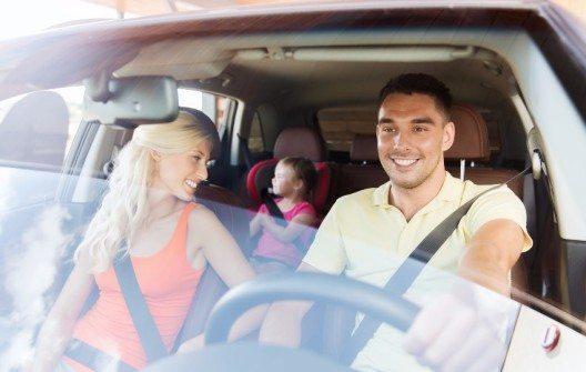 Auf langen Strecken wechseln sich Fahrer und Beifahrer am Steuer ab – warum nicht auch schon bei den Vorbereitungen? Dann wissen beide, wo alles verstaut wurde und zu finden ist.