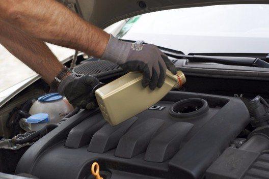 Wichtig: Wenn Öl nachgefüllt wird, dann nur in 100ml-Schlucken: Zu viel Öl schädigt den Motor ebenfalls. Auf der Ölflasche ist ein kleines Sichtfenster mit Markierungen.