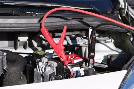 Bei vielen modernen Autos sitzt die Batterie aus Gewichtsgründen tief im Kofferraum oder unter der Rücksitzbank. Für die Starthilfe gibt es dann aber trotzdem rot markierte Anschlusspunkte im Motorraum.