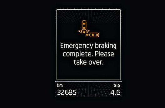 Nachdem die ŠKODA Sicherheitssysteme in Gefahrensituationen eingegriffen haben, wird der Fahrer über eine Nachricht im Display aufgefordert, wieder die Kontrolle zu übernehmen. (Bild: ŠKODA Auto)
