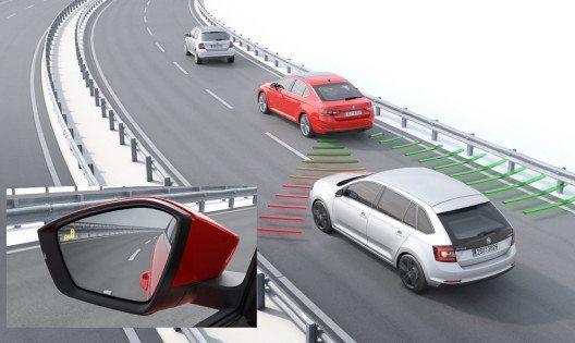 Der Spurwechselassistent (Blind Spot Detect) von ŠKODA unterstützt den Fahrer beim sicheren Wechsel der Spur durch Warnung vor Fahrzeugen im Toten Winkel. (Bild: ŠKODA Auto)