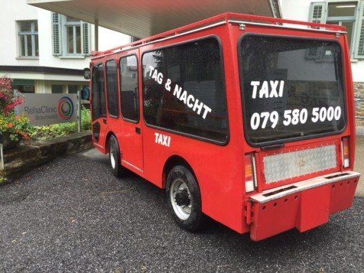 Das E-Taxi vor der RehaClinic (Bild: © Schuler Transporte Braunwald)