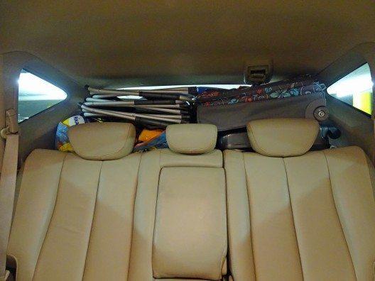 Schlechtes Beispiel: Ohne Gepäcknetz oder Trenngitter darf Ihr Ladegut nicht über die Oberkante der Rücksitzbank hinausragen. (Bild: © Kanton Zug)