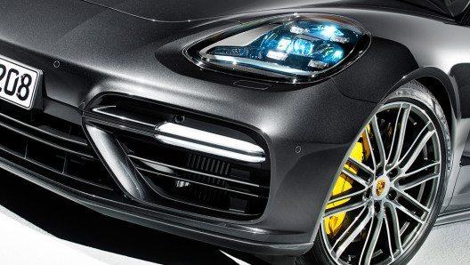 Souveränität vermittelt zudem die Grafik der in drei Ausführungen angebotenen LED-Scheinwerfer mit Vierpunkt-LED-Tagfahrlicht. (Bild: © Porsche AG)
