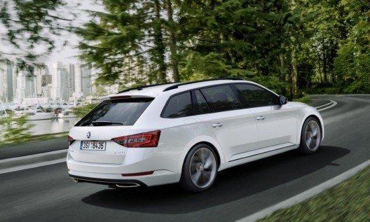 Für den Superb SportLine stehen in der Schweiz zwei leistungsstarke Benzinmotoren und ein kraftvolles Dieselaggregat zur Auswahl.