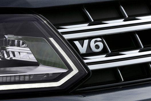 V6-Logo am neu designten Kühlergrill des Volkswagen Amarok: Der Sechszylinder der neuesten Generation verspricht ausreichend Schub und Durchzugskraft. (Bild: © Volkswagen Nutzfahrzeuge)