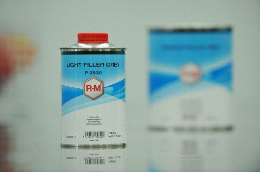 Der LIGHT FILLER GREY P 2530 trocknet unter einer UV-A-Lampe im Handumdrehen. (Bild: R-M Autoreparaturlacke)