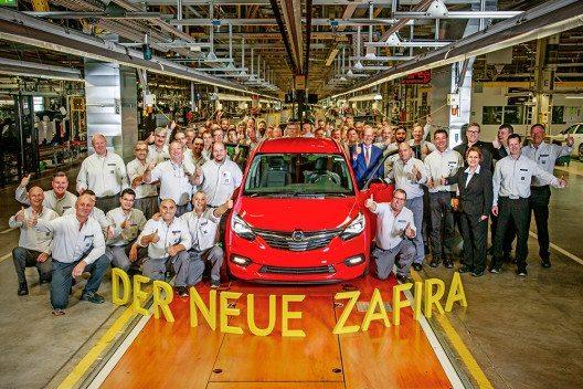 Gelungener Start: In Anwesenheit von Opel-Chef Dr. Karl-Thomas Neumann, Produktionschef Phil Kienle und Werksdirektor Michael Lewald lief der erste neue Zafira in Rüsselsheim vom Band. (Bild: © General Motors)