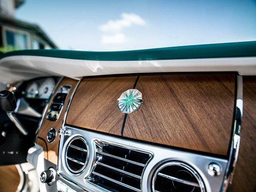 Emblem - Inspiriert von Porto Cervo, gefertigt aus Smaragden und Onyx. (Bild: © Rolls-Royce Motor Cars)