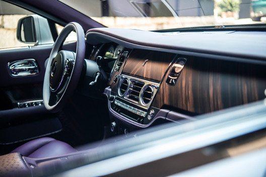 Das sanfte Violett des Interieurs die beruhigende innere Stimmung erfasst. (Bild: © Rolls-Royce Motor Cars)