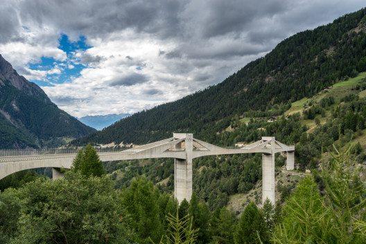 Der Schweizer Nutzfahrzeugverband weist polemische Kritik der Alpen-Initiative zurück. (Bild: © Philip Bird LRPS CPAGB - shutterstock.com)