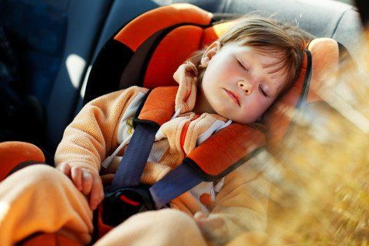 Bei Überhitzung im Auto droht Lebensgefahr für Kinder und Tiere, warnt comparis.ch. (Bild: © Ipatov - shutterstock.com)