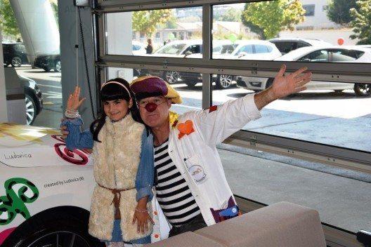 Die Stiftung Theodora verfolgt seit 1993 das Ziel, das Leiden von Kindern im Spital und in spezialisierten Institutionen durch Freude und Lachen zu lindern.