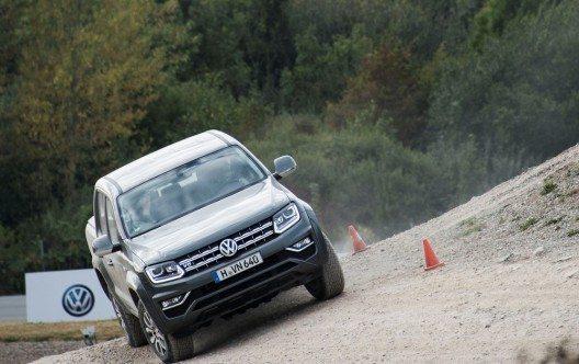Unterwegs im Offroad-Gelände: 96-Spieler Kenan Karaman testet den neuen Amarok in unmittelbarer Nähe der IAA Nutzfahrzeuge in Hannover.