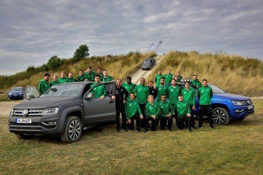Startklar: Das Team von Hannover 96 testet den neuen Amarok im Offroad-Gelände in der Nähe der IAA Nutzfahrzeuge in Hannover.