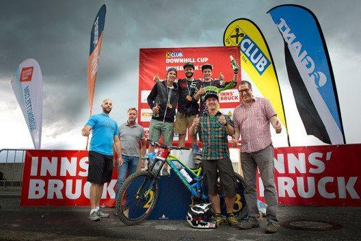 Fröhliche Gesichter gab es bei den Siegern, Sponsoren und Veranstaltern bei der Siegerehrung des ersten von zwei Rennen des Downhill Cups Innsbruck. (Bild: © Innsbruck Tourismus / manfredstromberg.com)