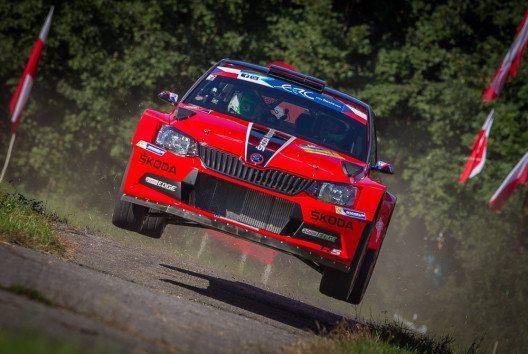 ŠKODA bei der Barum Czech Rally Zlín: Jan Kopecký gewann nach 2004, 2012 und 2015 zum vierten Mal das nationale Championat. Der Routinier blieb in seinem ŠKODA FABIA R5 in spektakulärer rot-schwarzer Sonderlackierung auch im fünften Saisonlauf der MČR ungeschlagen und setzte sich dabei gegen die europäische Elite durch. (Bild: ŠKODA)
