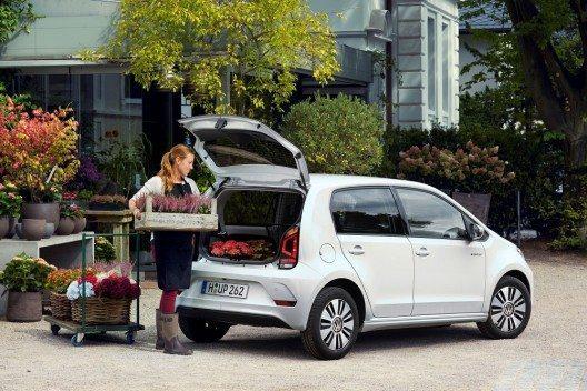 In puncto Sparsamkeit zählt der kleine e-load up! zu den ganz Großen: Mit einem kombinierten Stromverbrauch von 11,7 kWh/100 km und einer Reichweite von 160 km erreicht er die Energie-Effizienzklasse A+.