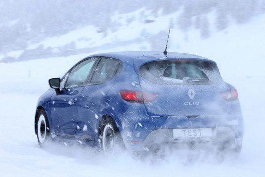 Bei tieferen Temperaturen und vor den ersten Schneeflocken sind Winterreifen empfehlenswert. (Bild: Touring Club Schweiz/Suisse/Svizzero - TCS)