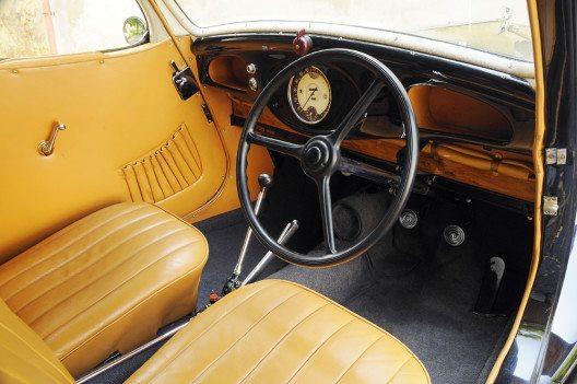 Internationale Messepremiere vor 80 Jahren: der ŠKODA POPULAR Sport Monte Carlo. Das luxuriöse Interieur der ŠKODA Fahrzeuge war mit hochwertigem Leder bezogen. Die Position des Schalthebels deutet auf das progressive Transaxle-Konzept hin. (Bild: ŠKODA)