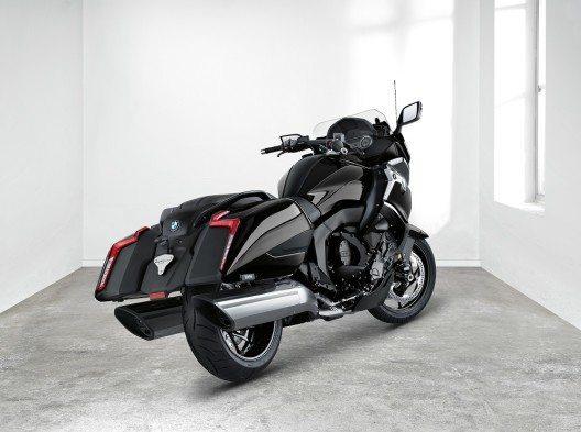 Ihre Verkleidung mit knapp geschnittenem, dynamischem Windschild lässt die neue K 1600 B besonders imposant und kraftvoll wirken.