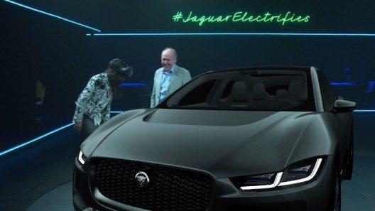 Michelle Rodriquez begutachtet das neue Konzept-Auto von Jaguar - I-PACE Concept - mit einer VR-Brille bei der Präsentation von Jaguars erstem völlig elektrischen Auto. (Bild: © Jaguar Land Rover)