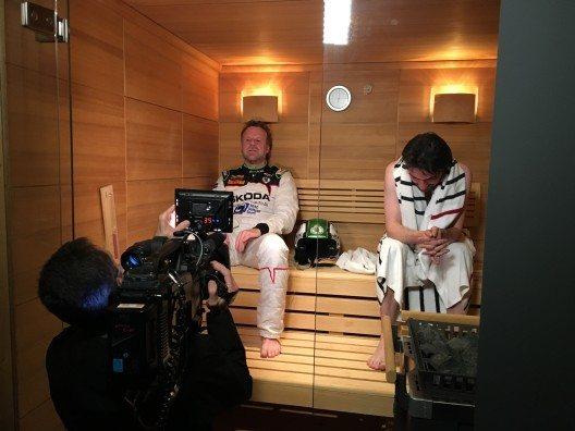 In der Sauna bereitet sich der Fernsehjournalist auf die hohen Temperaturen vor, die im Rallye-Fahrzeug herrschen können.
