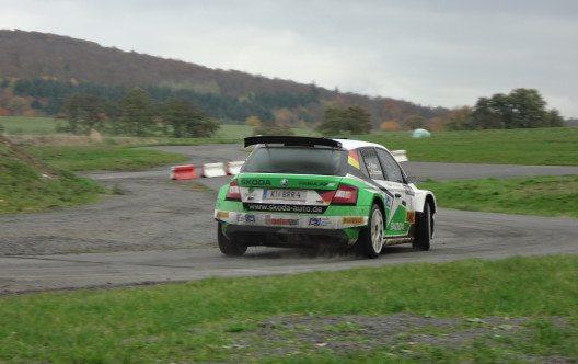 Mit dem Turbo-Allradler ŠKODA FABIA R5 haben Kreim und Christian die Deutsche Rallye-Meisterschaft 2016 gewonnen.