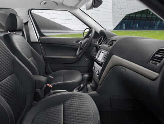 Im Interieur verfügt der ŠKODA YETI DRIVE über schwarze Stoffsitzbezüge im Design DRIVE. Zierleisten in Dark-brushed setzen elegante Akzente.