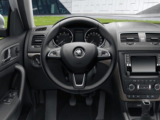 Serienmässig ist der ŠKODA YETI DRIVE unter anderem mit einem Dreispeichen-Multifunktions-Lederlenkrad ausgestattet.
