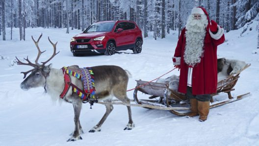 """""""Ich weiss, dass der Geist der Weihnacht und Nächstenliebe schon vor der eigenen Haustür stattfinden sollte. Umso schöner finde ich es natürlich, dass mein alter Freund Gerhard bis zu mir an den Polarkreis gefahren ist um mich dieses Jahr beim Beschenken der Kinder zu unterstützen, sagt Santa Claus, während er in Erwägung zieht, seinen Schlitten gegen einen roten SEAT Ateca einzutauschen. """"Gerade hier im hohen Norden muss ein Fahrzeug besondere Gelände- und Schneetauglichkeit mitbringen"""", erklärt Santa Claus."""
