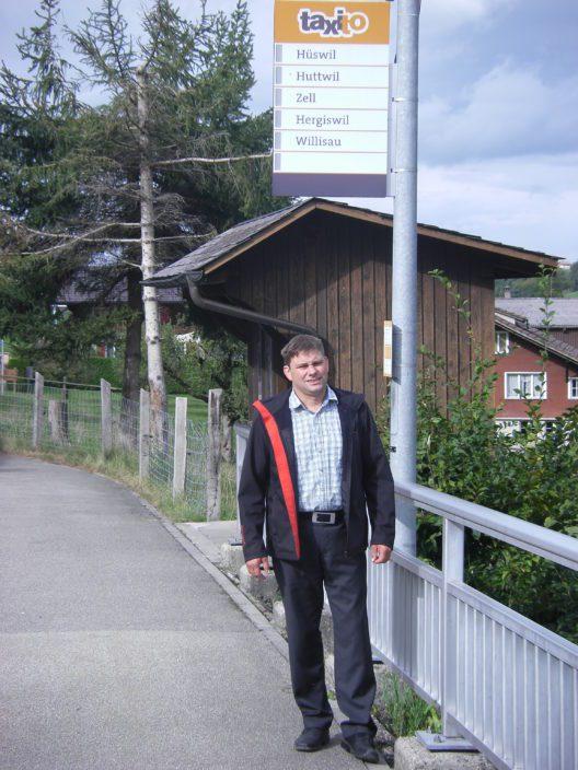 Gemeinderat Lukas Lustenberger freut sich, das Taxito im Lutherntal erfolgreich getestet wurde und bleibt (Verkehrsverbund Luzern)