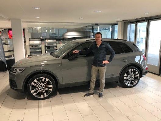 Marcel Fässler übernimmt im Audi Center der Amag Zug seinen neuen Audi SQ5.