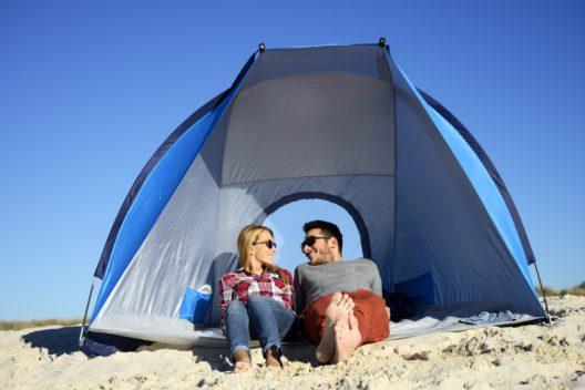 Komfort am Strand mit einer Strandmuschel geniessen (Bild: cate_89 - shutterstock.com)