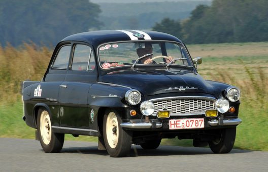 Der ŠKODA OCTAVIA 1200 TS feierte die Marke ihr Comeback bei der Rallye Monte Carlo. Bei der Sachsen Classic startet der schwarze TS des Baujahrs 1961 im Original ,Monte'-Trimm.