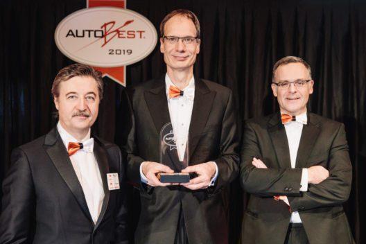 AUTOBEST Best Buy Car of Europe 2019: Opel-Chef Michael Lohscheller (Mitte) und Marketing- und Vertriebschef Xavier Duchemin (rechts) nahmen für den Opel Combo Life den renommierten Preis von AUTOBEST-Gründer und -Vorsitzendem Dan Vardie entgegen.