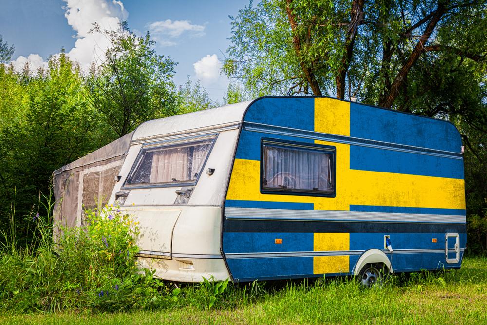 Ein Wohnmobil mit schwedischer Flagge auf der linken Seite.