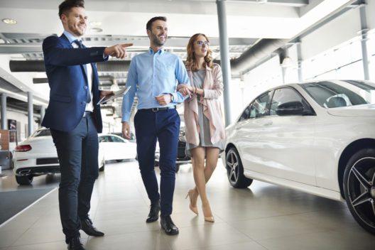 Salesman präsentiert Sonderangebote für Kunden