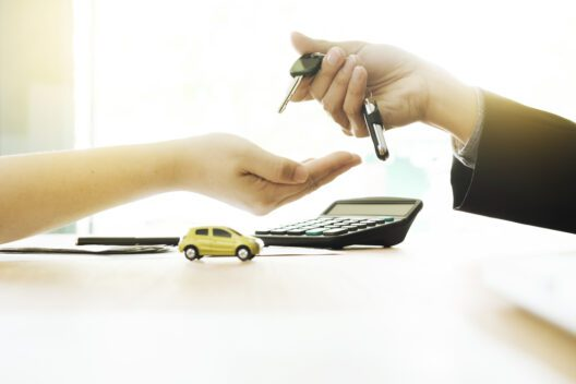 Günstige Autofinanzierung leicht gemacht (Bild: iJeab - shutterstock.com)