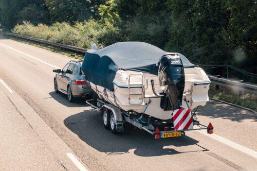 Ob Auto oder Boot - der Kauf will wohl überlegt sein. (Bild: frantic00 - shutterstock.com)